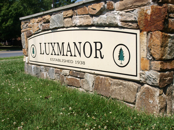 Luxmanor Sign on Tuckerman